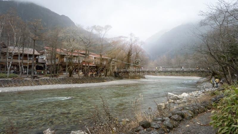 Parque nacional de Kamikochi en las montañas septentrionales de Japón de la prefectura de Nagano, Japón Montaña hermosa en hoja d fotos de archivo libres de regalías