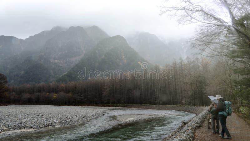 Parque nacional de Kamikochi en las montañas septentrionales de Japón de la prefectura de Nagano, Japón Montaña hermosa en hoja d fotografía de archivo libre de regalías