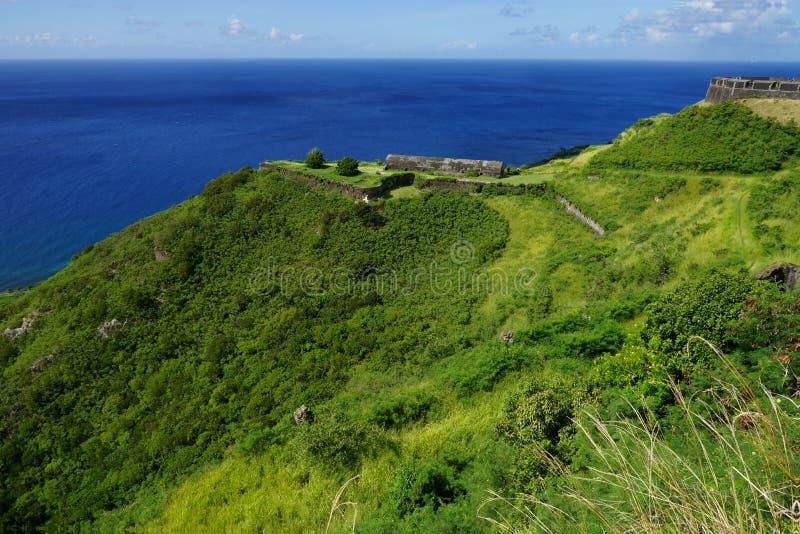 Parque nacional de la fortaleza de la colina del azufre, edificios en una sol brillante, santo San Cristobal y Nevis imágenes de archivo libres de regalías
