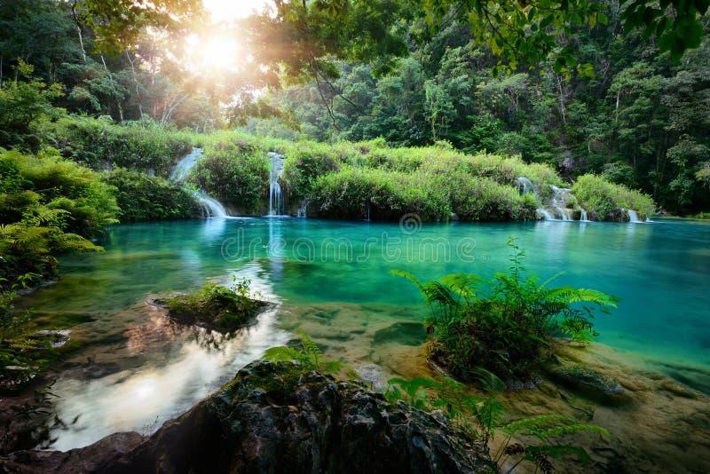 Parque nacional de las cascadas en Guatemala Semuc Champey en la puesta del sol foto de archivo libre de regalías