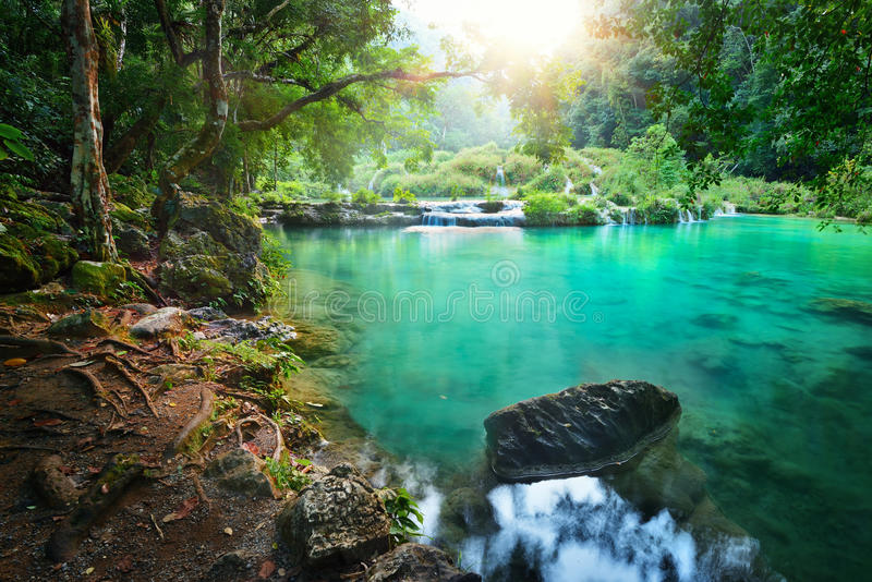 Parque nacional de las cascadas en Guatemala Semuc Champey en la puesta del sol. imagen de archivo