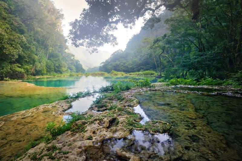 Parque nacional de las cascadas hermosas en Guatemala Semuc Champey en su fotos de archivo