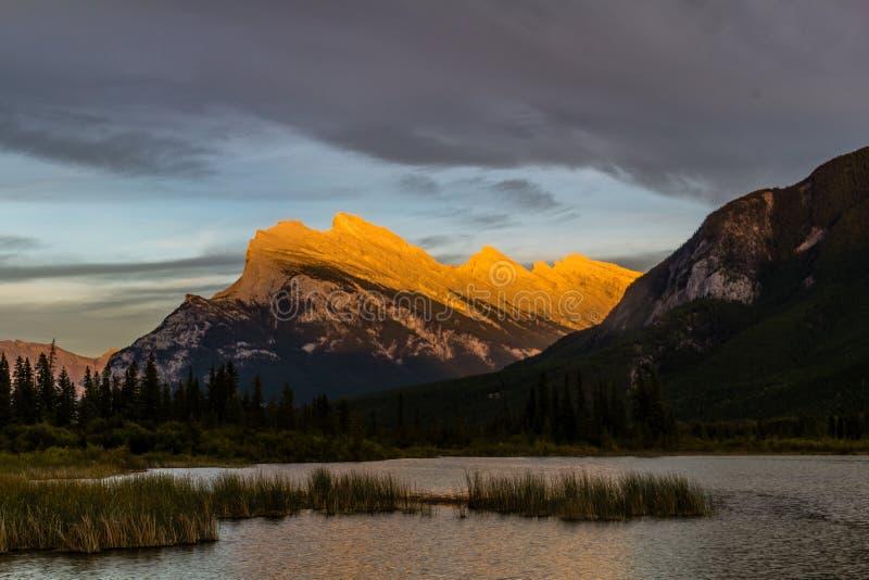 Parque nacional de los lagos bermellones, Banff, Alberta, Canadá imagen de archivo