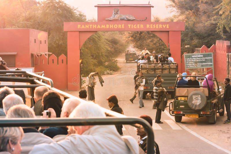 Parque nacional de Ranathambar, la India, Asia, el 6 de mayo de 2018: Los coches turísticos se alinearon fuera de la entrada prin fotos de archivo libres de regalías
