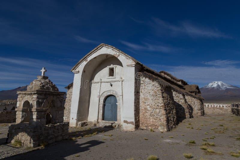 Parque nacional de Sajama de la pequeña iglesia, Bolivia imagen de archivo
