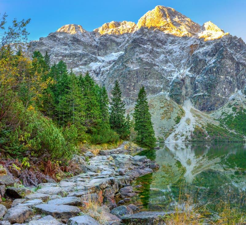 Parque nacional de Tatra, pista de senderismo alrededor de un lago de la montaña, caminando, \ fotos de archivo libres de regalías