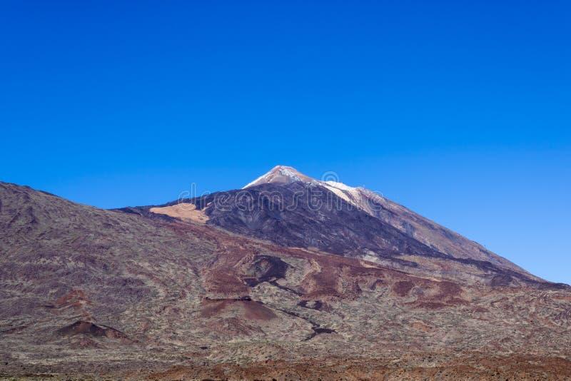 Parque nacional de Teide, vista no vulcão Teide, vulcão da ilha de Tenerife com neve, Tenerife, Ilhas Canárias, Espanha - imag foto de stock