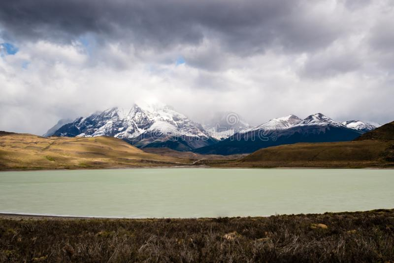 Parque nacional de Torres del Paine, Patagonia, o Chile O lago Pehoe e Majestoso Cuernos del Paine turquoise imagem de stock royalty free