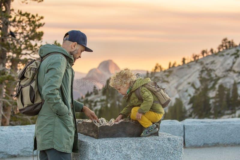 Parque nacional de Yosemite da visita feliz da família em Califórnia imagens de stock royalty free