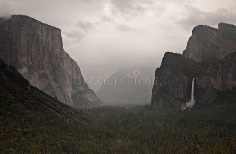 Parque nacional de Yosemite no inverno perto do capital do EL, das quedas de Bridalveil, da meia abóbada e do vale lindo de Yosem imagem de stock