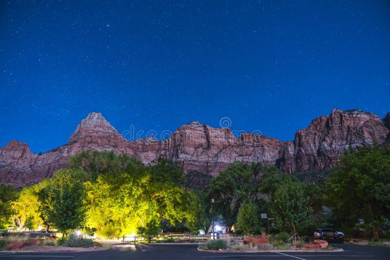 Parque nacional de Zion na noite com estrela, Utá, EUA fotografia de stock