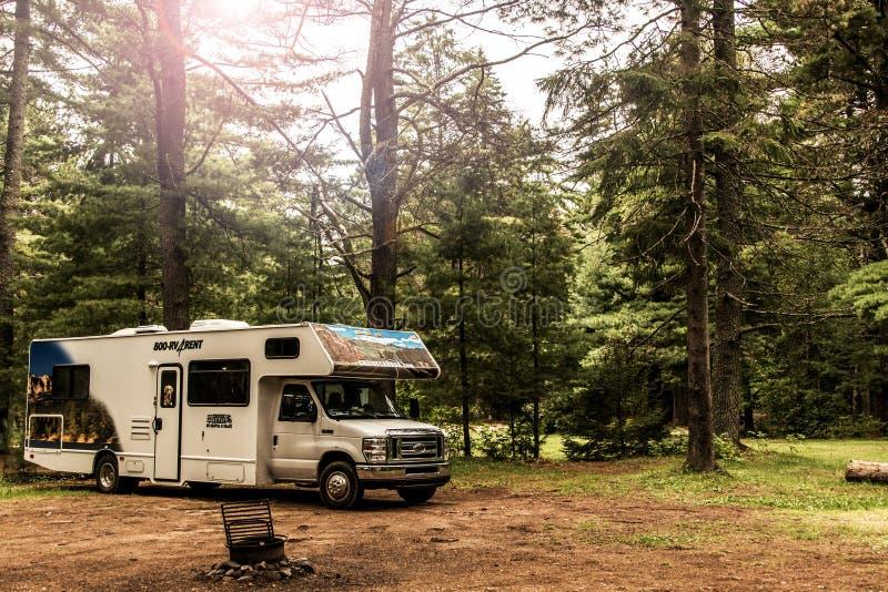 Parque nacional 30 do Algonquin de Canadá 09 2017 estacionou a paisagem natural bonita da floresta do acampamento dos rios do lag foto de stock