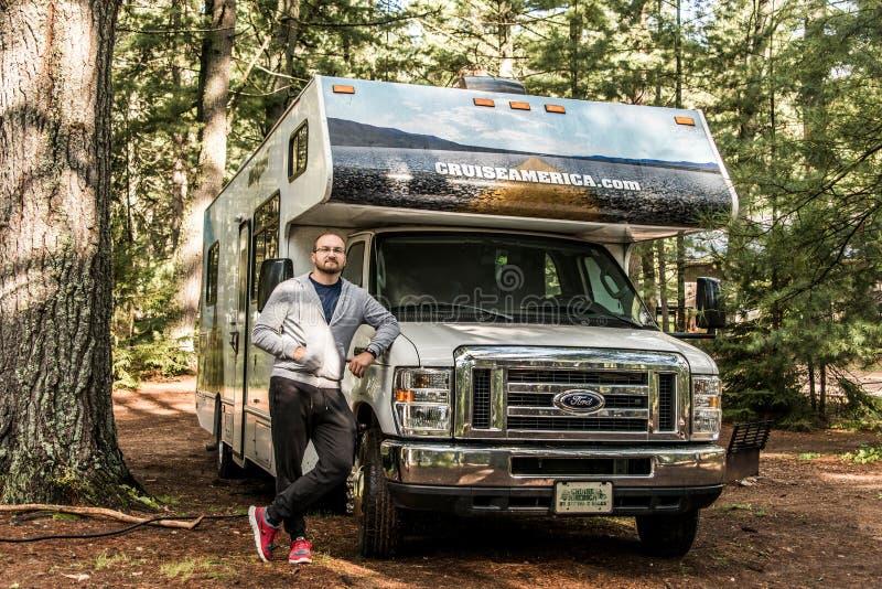 Parque nacional 30 do Algonquin de Canadá 09 homem 2017 na frente do cruzeiro estacionado América do acampamento dos rios do lago imagem de stock