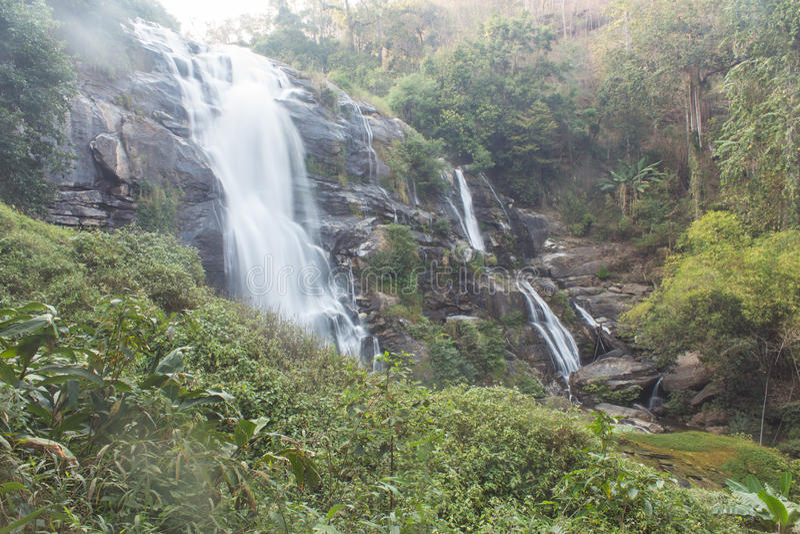 Parque nacional do inthanon do doi da cachoeira de Wachirathan, Chomthong Chiang Mai fotografia de stock
