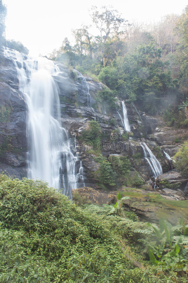 Parque nacional do inthanon do doi da cachoeira de Wachirathan, Chomthong Chiang Mai imagem de stock