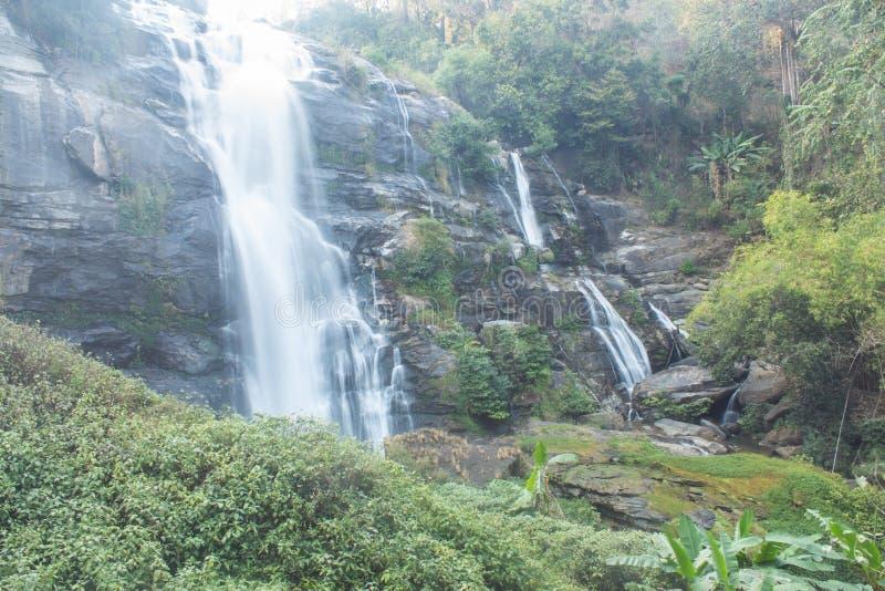 Parque nacional do inthanon do doi da cachoeira de Wachirathan, Chomthong Chiangmai foto de stock