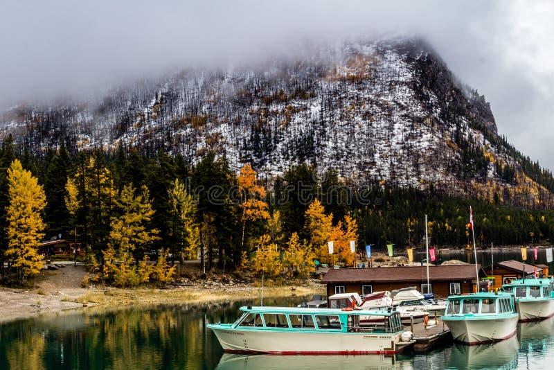 Parque nacional do minnewanka do lago, Alberta, Canadá imagens de stock