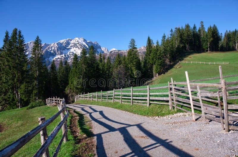 Parque nacional Durmitor en Montenegro Montañas en la nieve y el camino con la cerca fotografía de archivo libre de regalías
