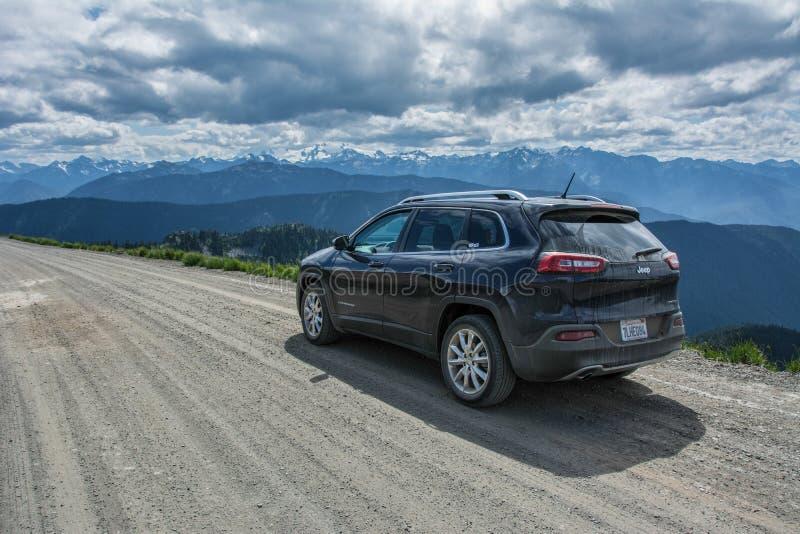 Parque nacional olímpico, Washington, los E.E.U.U. - 17 de junio de 2015: Jeep Cherokee en una carretera nacional en las montañas fotografía de archivo libre de regalías