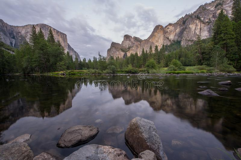 Parque nacional y el río de Merced - California los E.E.U.U. de Yosemite imágenes de archivo libres de regalías