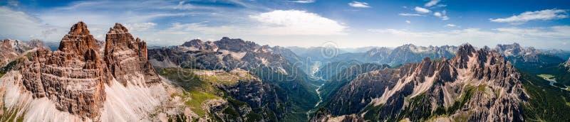 Parque natural nacional Tre Cime In do panorama os cumes das dolomites Seja foto de stock royalty free