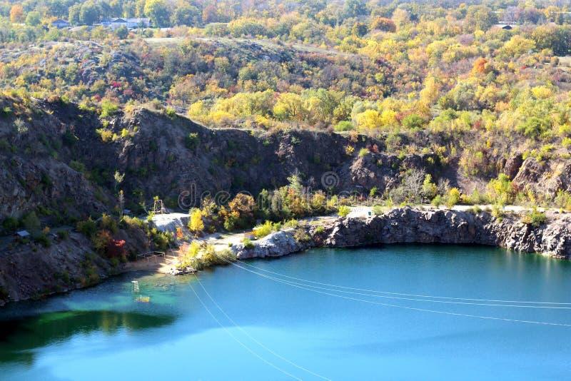 Parque no outono, nas árvores e no lago outono, paisagem, cores Cor, colorida imagens de stock