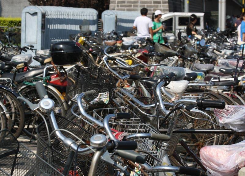 Parque ocupado e aglomerado da bicicleta no Pequim foto de stock royalty free