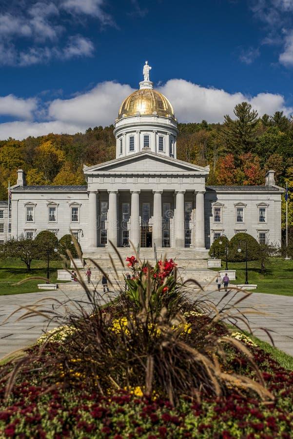 Parque público - casa histórica do estado - Capitólio em cores do outono/queda - Montpelier, Vermont imagem de stock