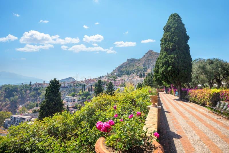 Parque público da cidade em Taormina Sicília, Italy imagens de stock
