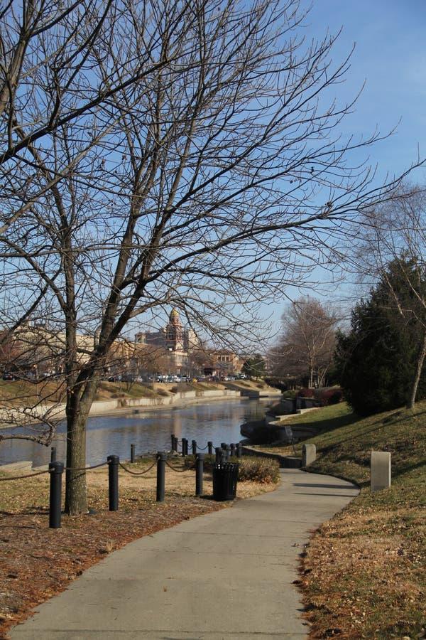 Parque público del camino que lleva a un río, Kansas City, Missouri fotos de archivo libres de regalías