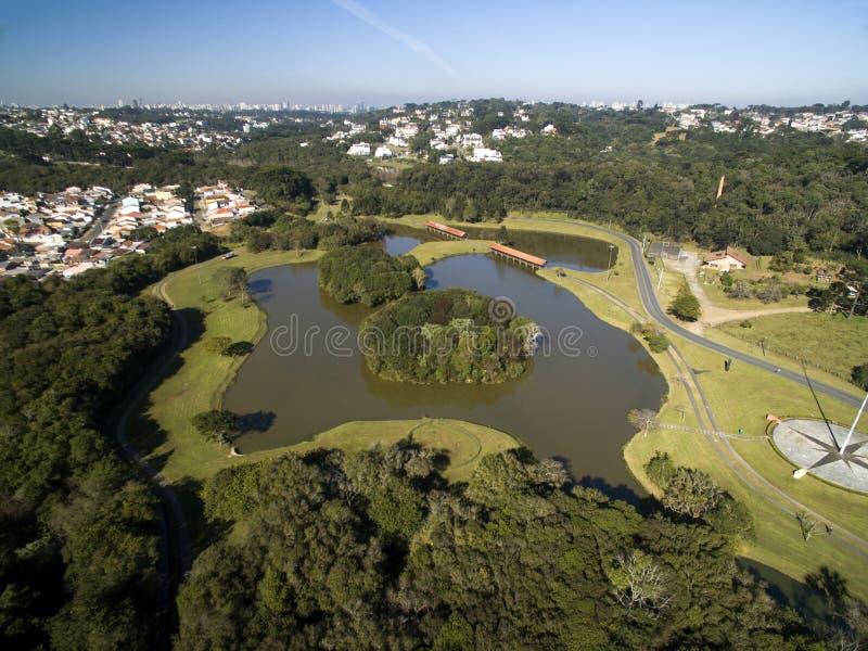 Parque público en Curitiba, Paraná, el Brasil Parque de Tingui de la visión aérea En julio de 2017 imagen de archivo