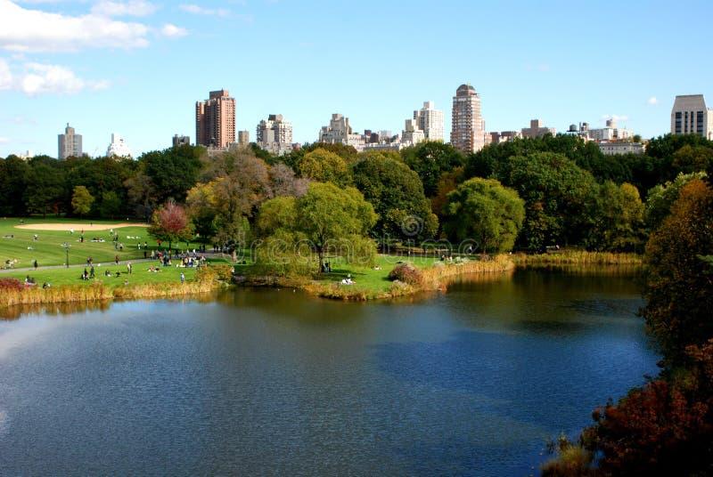 Parque público en la ciudad imagen de archivo libre de regalías