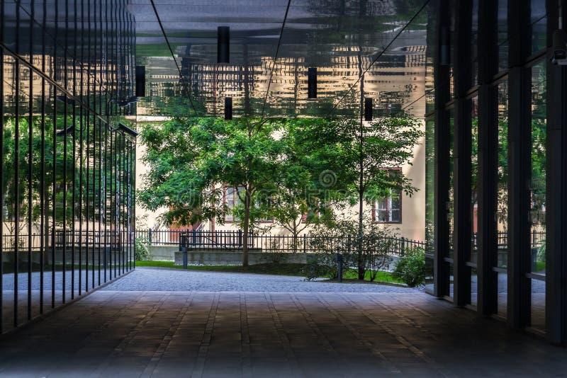 Parque público entre los edificios de oficinas modernos, futuro del trabajo, coworking, concepto compartido del lugar de trabajo, imagen de archivo libre de regalías