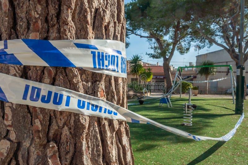 Parque público selado pelo cordão policial foto de stock