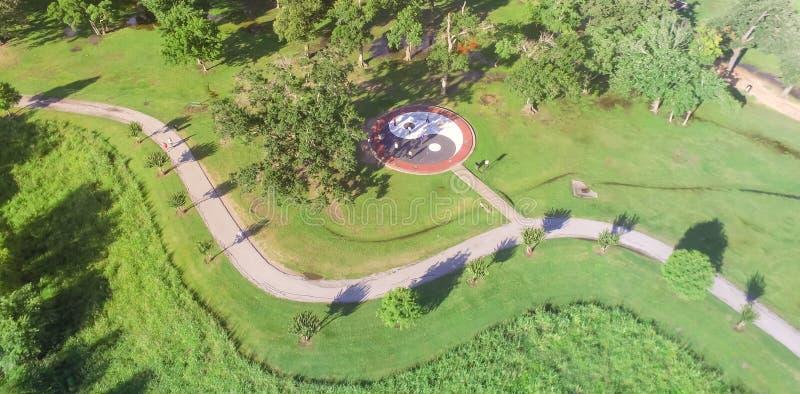 Parque panorâmico da cidade do verde da vista superior com grande círculo Yin de Tai Chi fotos de stock royalty free