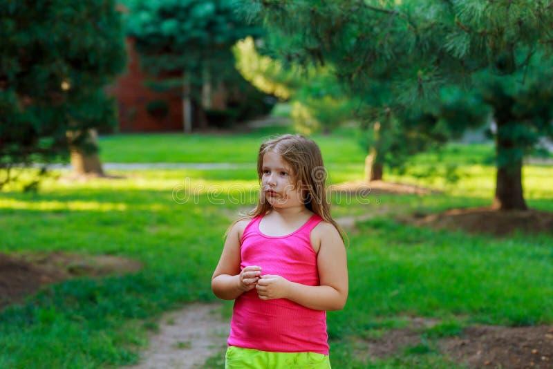 Parque que camina de la niña El jugar en el patio fotos de archivo