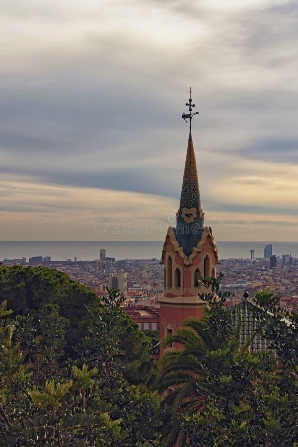 Parque que sorprende Guell en día nublado Aturdir la casa con la torre y las palmeras Destino turístico famoso del lugar y del vi foto de archivo