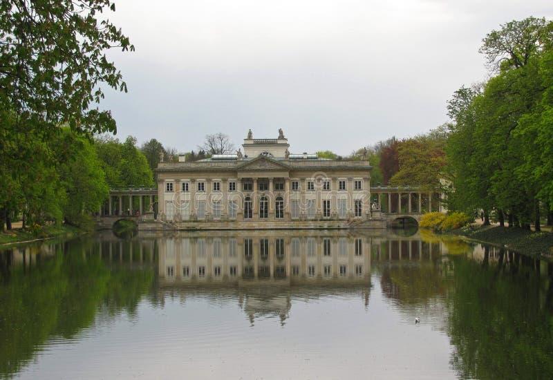 Parque real de Lazienki em Varsóvia, palácio na água, Polônia imagens de stock royalty free