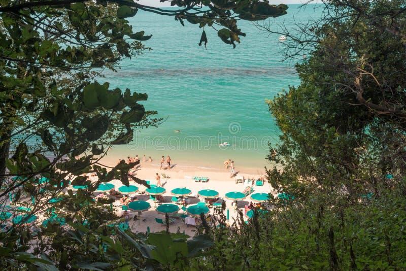 Parque regional de la playa de Sirolo de oasis ambiental de Conero del soporte llevado alrededor de Monte Conero imagenes de archivo