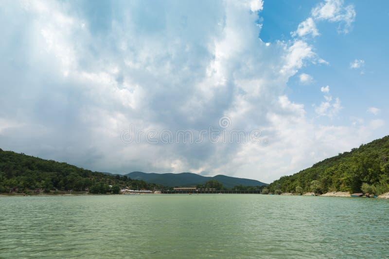 Parque Sukko del lago del Krasnodar Krai Paisaje pintoresco del lago y de las montañas El lago cypress es una atracción de Anapa fotografía de archivo