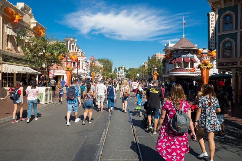 Parque temático aglomerado de Disneylândia foto de stock