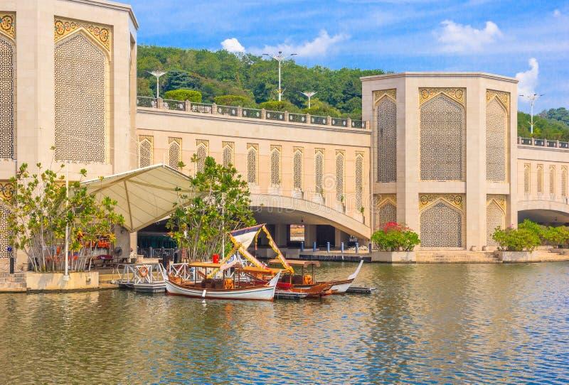 Parque tradicional de Dondang Sayang de los barcos en el embarcadero, lago putrajaya, Malasia fotografía de archivo libre de regalías