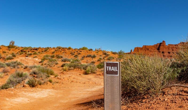 Parque tribal na beira de Arizona-Utá, EUA do vale do monumento Signage do trajeto da fuga foto de stock