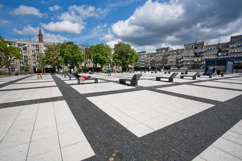 Parque urbano de la ciudad del estilo debajo del cielo blanco de los terrones imagen de archivo