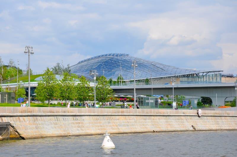 Parque urbano e concerto de Zaryadye visto do rio Moscou durante o dia ensolarado fotografia de stock royalty free