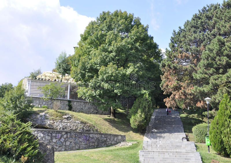 Parque velho de Cetatuia na cidade de Cluj-Napoca da região da Transilvânia em Romênia imagens de stock royalty free