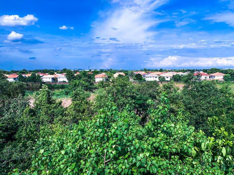 Parque verde, bairro social e céu azul fotografia de stock royalty free