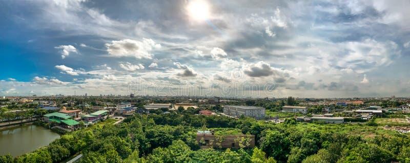 Parque verde, bairro social, grande lagoa e céu azul fotos de stock