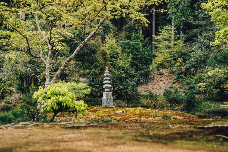 Parque verde con un monumento y una estatua de piedra de la roca imágenes de archivo libres de regalías