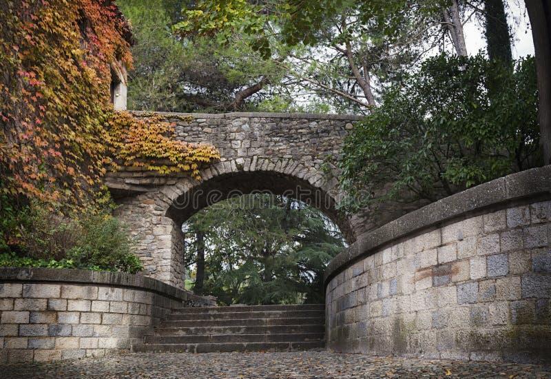 Parque viejo en Gerona (España), otoño, noviembre fotos de archivo